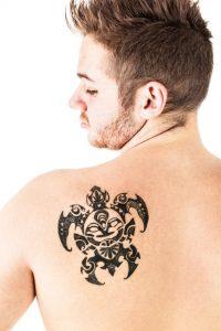 """タトゥー・刺青は職場にヒミツ?バレてしまう前に""""急いで""""刺青除去する選択肢"""