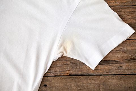 服の脇に黄ばみが!ワキガとの関係性や黄ばみを防ぐ方法を解説